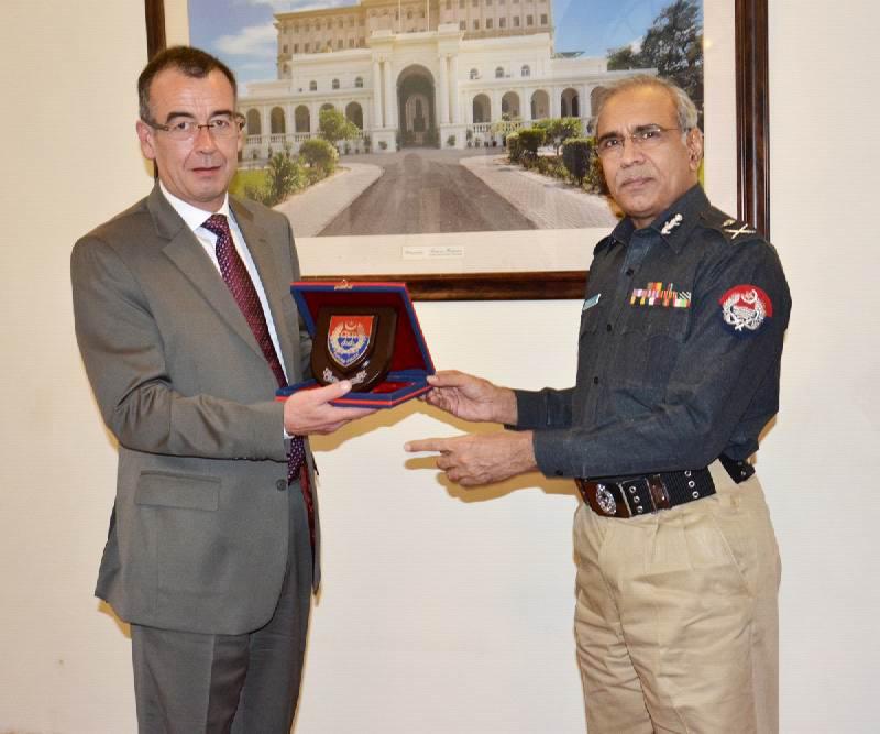 IGP with British diplomate.JPG