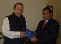 Islamabad-5-March-2014.-A-renowned-journalist-Mr.-Nawab-Kaifi-presenting-his-book-Yeh-Mojza-Hai-to-Prime-Minister-Muhammad-Nawaz-Sharif-at-PM-House.-554x400.jpg